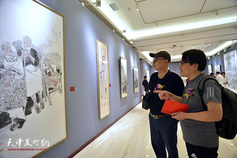 高博、张晓彦在画展现场观看作品。
