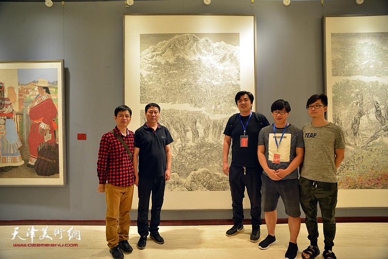 姚新与青年画家杨海涛、张晓琎、刘义军等在画展现场。