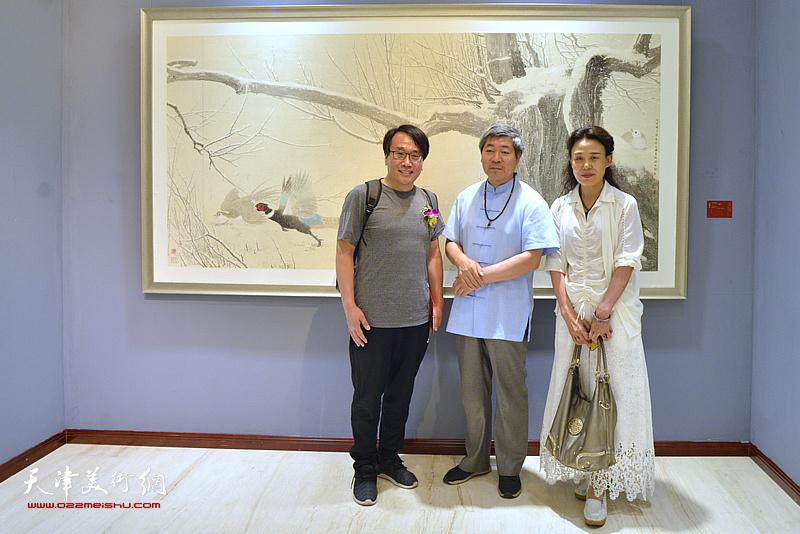 张晓彦与嘉宾在画展现场。