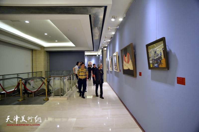 """""""盛世翰墨·津门华章""""——万博manbetx安卓版画院建院40周年美术作品晋京展现场。"""
