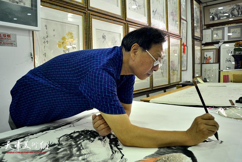 著名画家张玉明应邀到鹤艺轩创作大幅花鸟画作《翠羽寒香》。