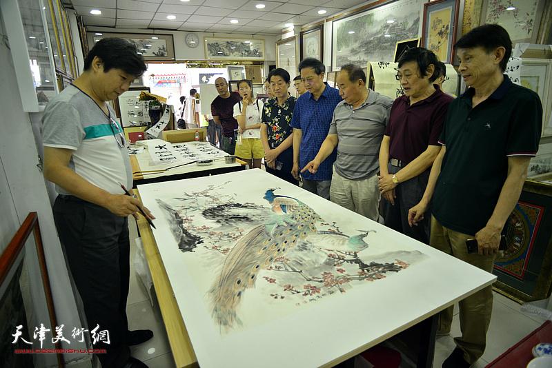 张玉明与琚俊雄、彭英科、郭福深、翟鸿涛、李建华在鹤艺轩创作现场。