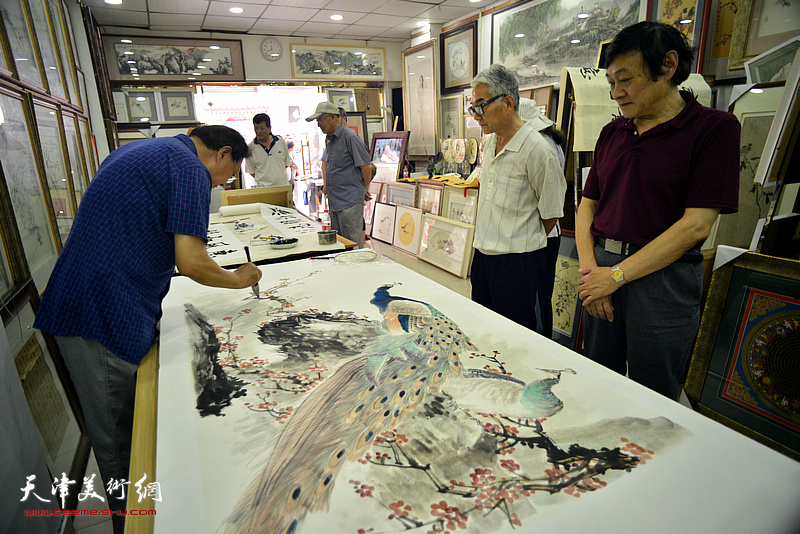张玉明与琚俊雄在鹤艺轩创作现场。