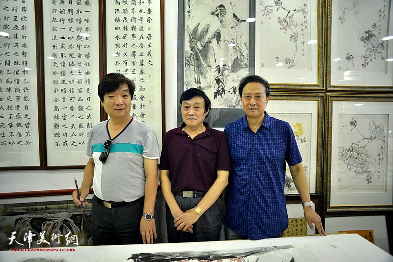 张玉明与琚俊雄、翟鸿涛在鹤艺轩创作现场。