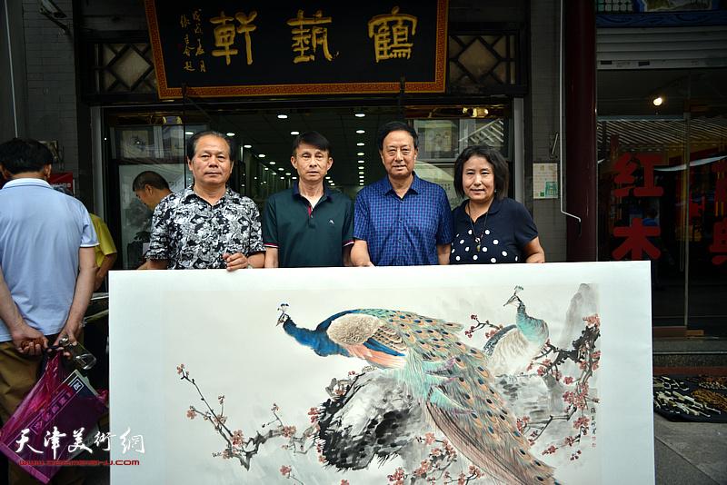 张玉明与刘士忠、彭英科在鹤艺轩创作现场。