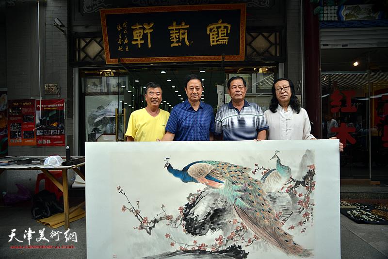 张玉明与张文逊、张树滨、张葆东在鹤艺轩创作现场。