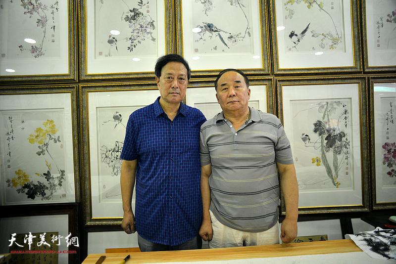 张玉明与李建华在鹤艺轩创作现场。