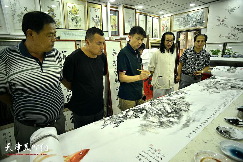 彭英科、刘士忠、张树滨、张葆东在鹤艺轩创作。