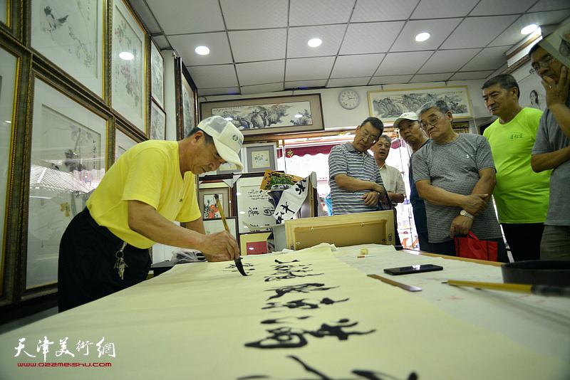 张文逊在鹤艺轩创作。