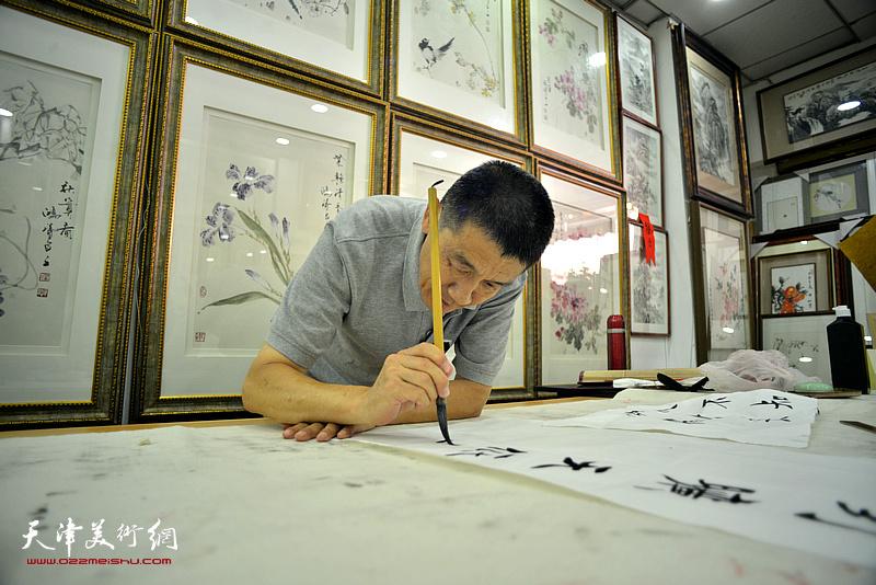 袁强民在鹤艺轩创作。