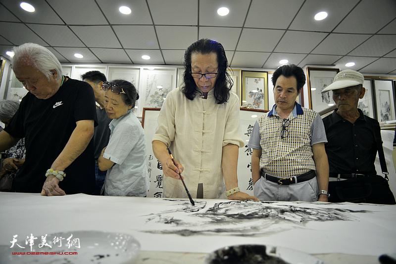 张葆东在鹤艺轩创作。