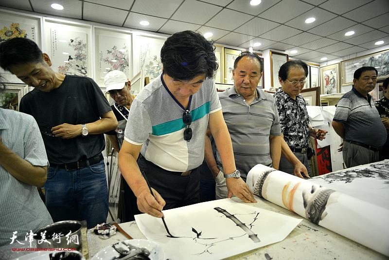 翟鸿涛在鹤艺轩创作。