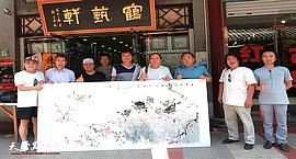 著名画家翟鸿涛在鹤艺轩创作大幅花鸟画作《风来花自舞,春入鸟能言》