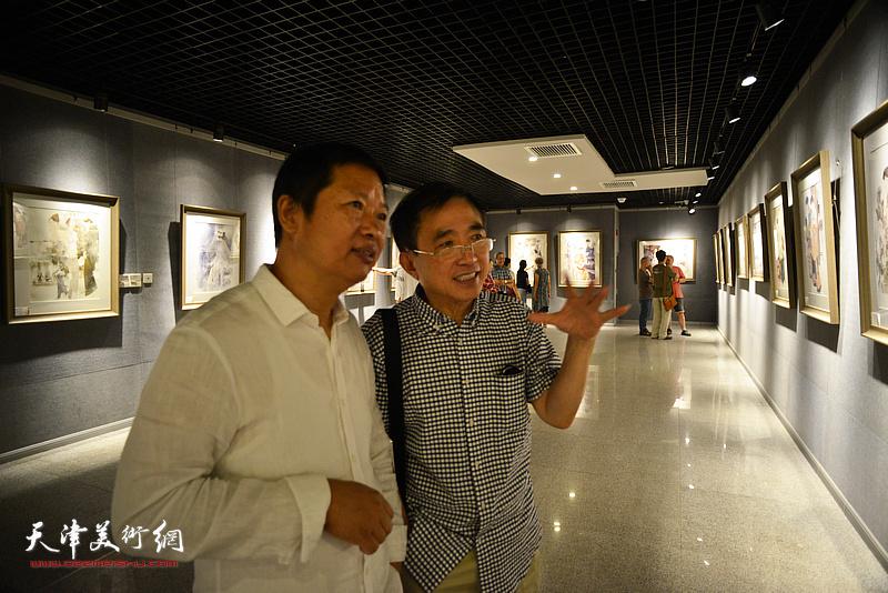 魏瑞江、王文元在画展现场观看作品。