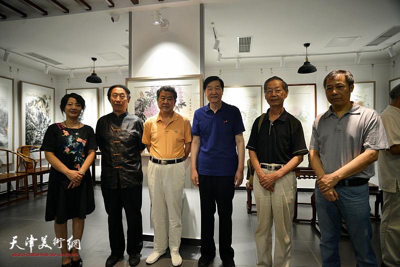 左起:童靖潇、李岳林、王学书、张金方、刘建华、杨顺和在画展现场。