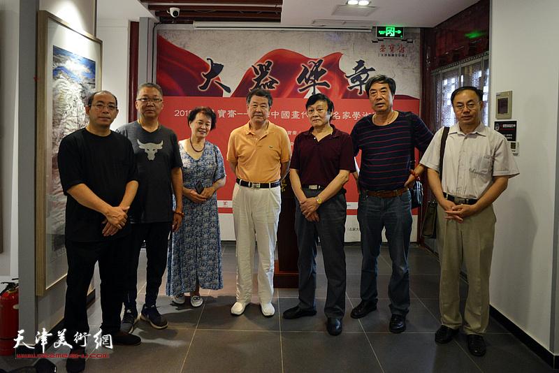 左起:姜志峰、赵炳刚、冼艳萍、王学书、琚俊雄、杜晓光、李新禹在画展现场。