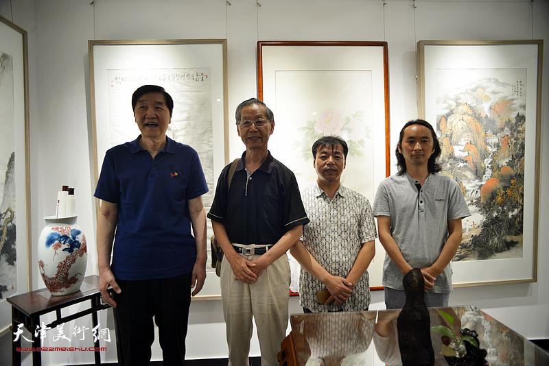 左起:张金方、刘建华、王宏志、安士胜在画展现场。