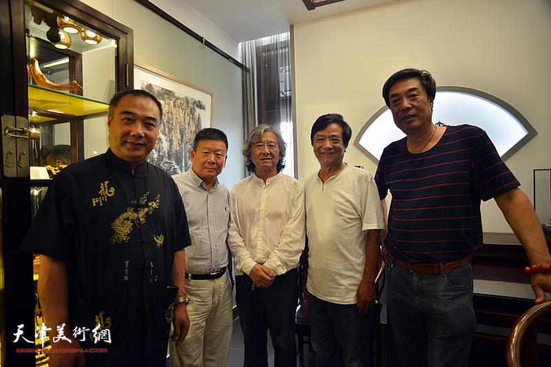 左起:皮守东、帅起、刘向东、高维星、杜晓光在画展现场。
