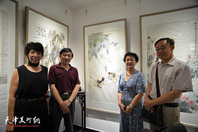 左起:吕爱茹、琚俊雄、冼艳萍、李新禹在画展现场。