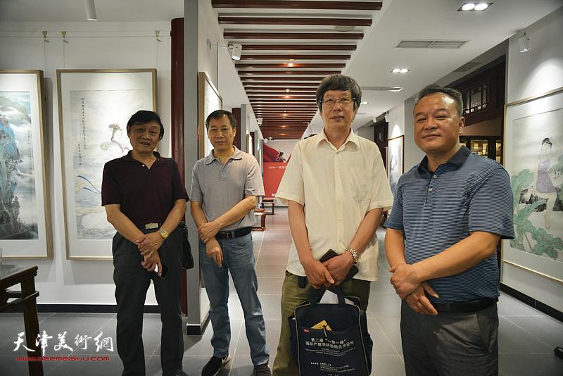 左起:琚俊雄、杨顺和、王春涛、蒋海云在画展现场。