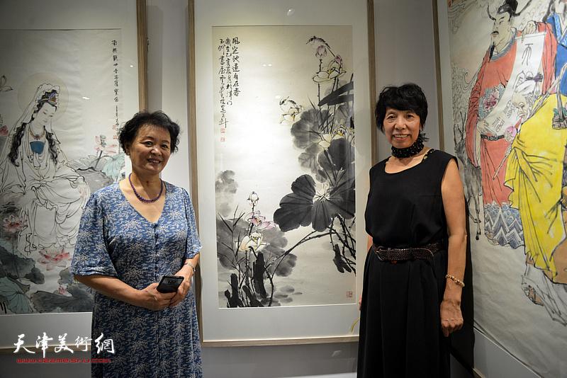 冼艳萍、吕爱茹在画展现场。