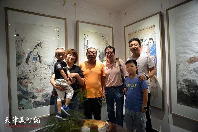 卢贵友与来宾在画展现场。