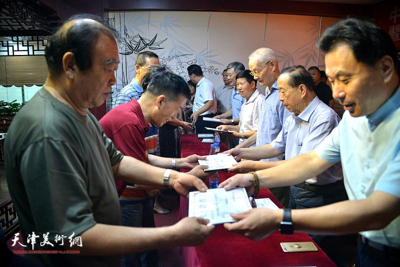 揭牌仪式后还举行了中国楹联书画院院士颁证仪式。