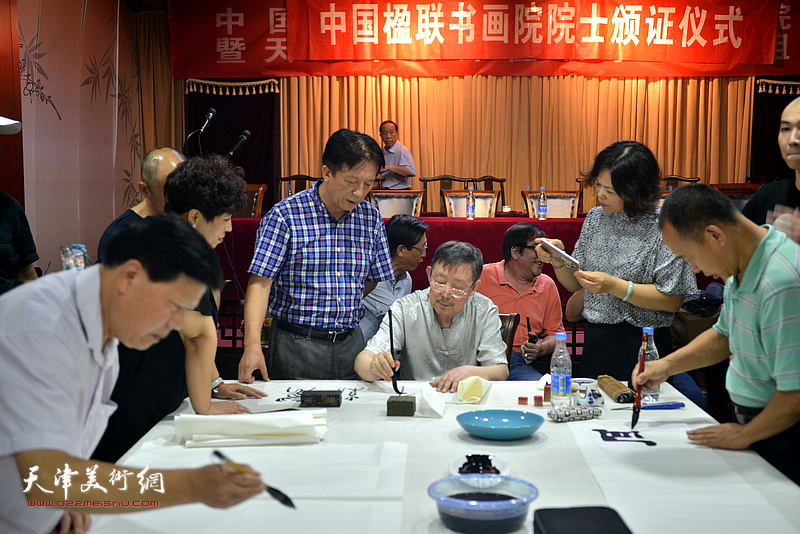 出席活动的诗联书画艺术家现场挥毫泼墨。