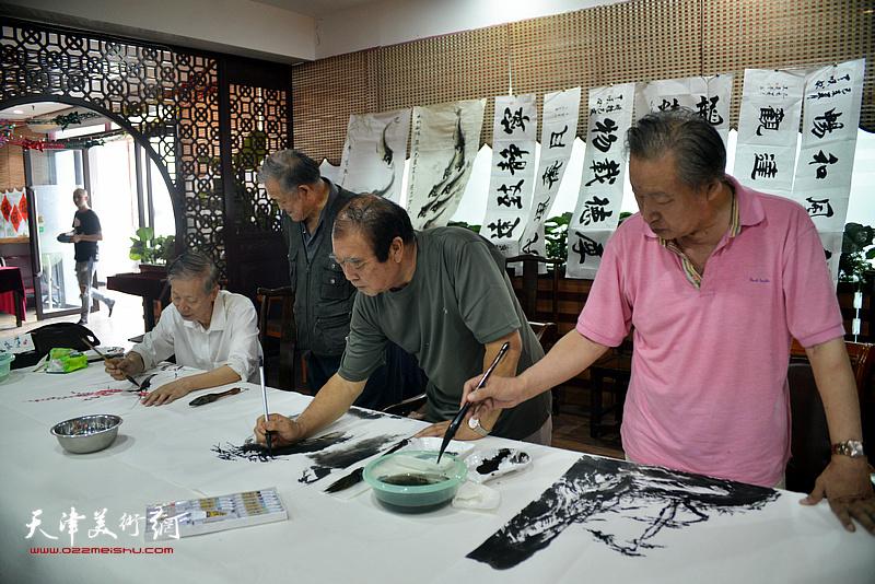 诗联书画艺术家王如意、刘家城、赵同相现场挥毫泼墨。