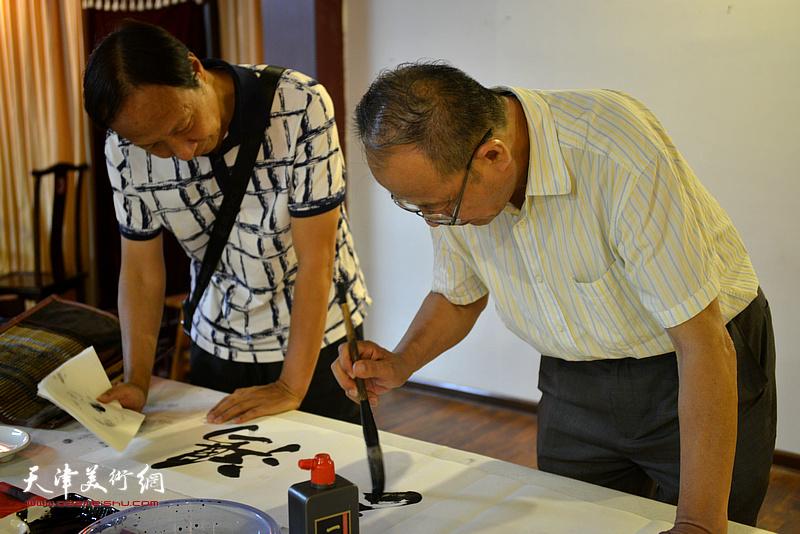 诗联书画艺术家黄禄衡、傅玉良现场挥毫泼墨。