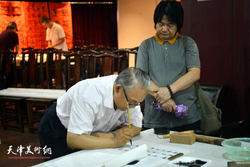诗联书画艺术家何俊田、张同明现场挥毫泼墨。