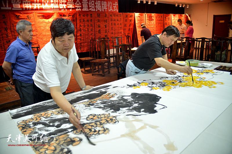诗联书画艺术家王惠民、李根友现场挥毫泼墨。