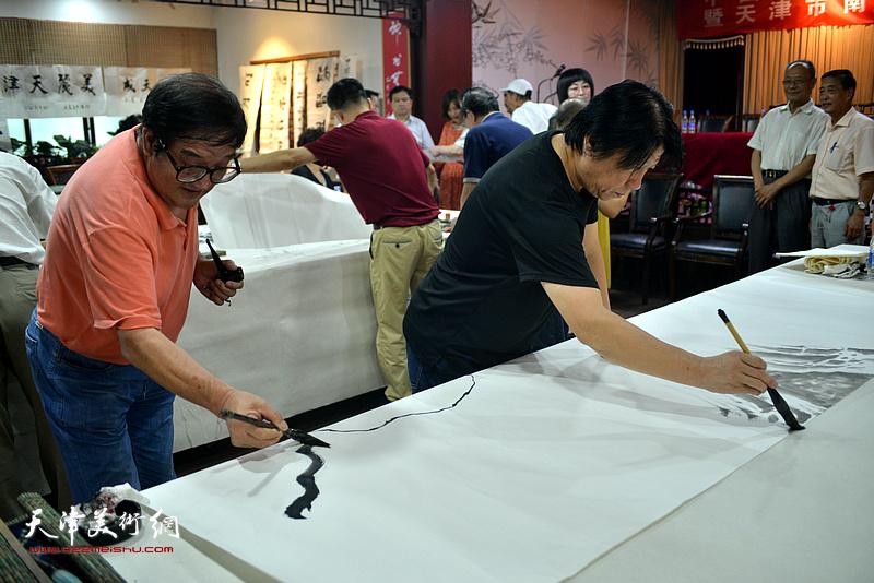 诗联书画艺术家卢贵友、李学亮现场挥毫泼墨。