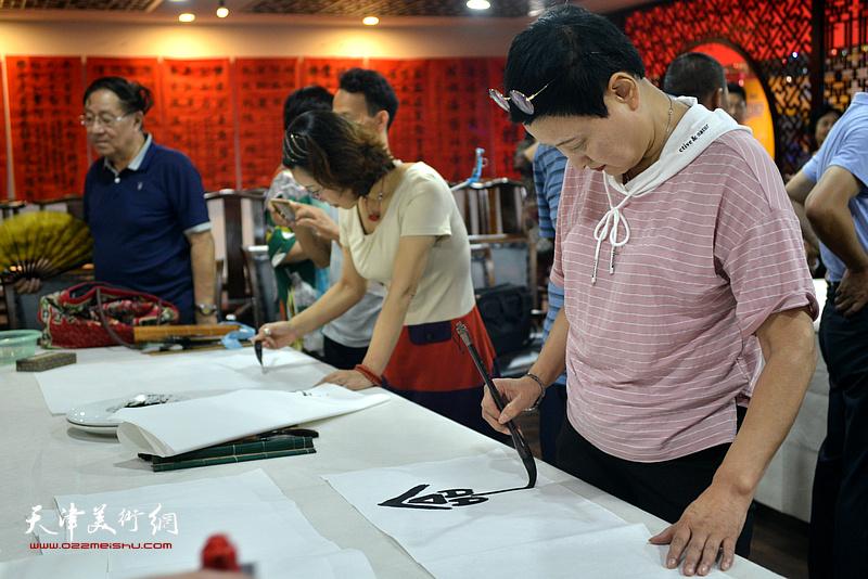 诗联书画艺术家郑少英现场挥毫泼墨。