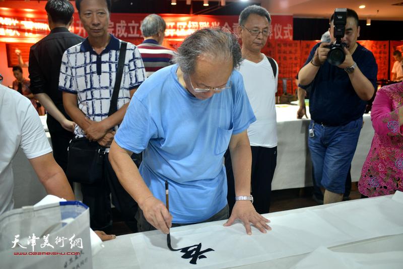 诗联书画艺术家姜钧杰现场挥毫泼墨。