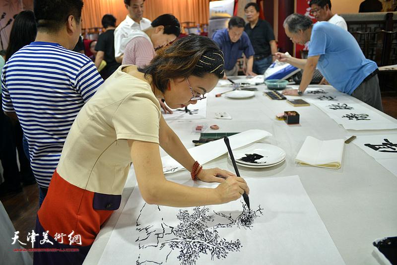 诗联书画艺术家聂瑞辰现场挥毫泼墨。