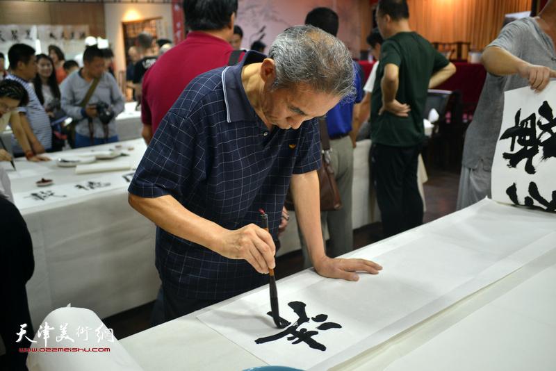 诗联书画艺术家苏玉作现场挥毫泼墨。