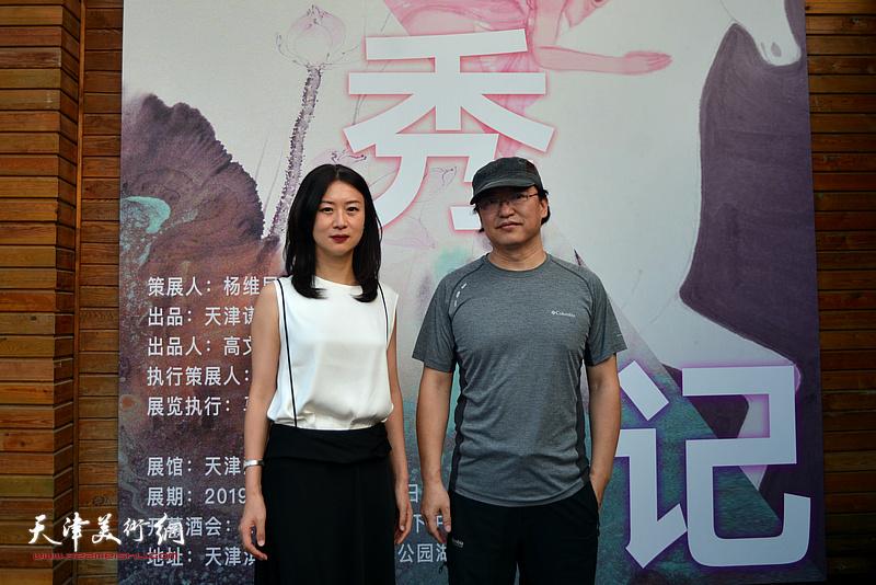 范治斌、马兆琳在湖宾楼画展现场。