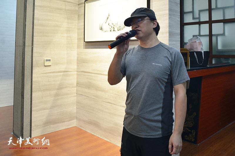 青年画家范治斌致辞。