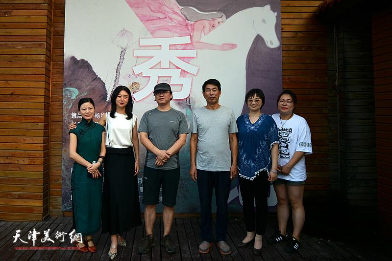 范治斌、马兆琳与嘉宾在湖宾楼画展现场。