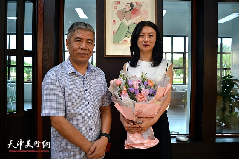 马兆琳与策展人杨维民在湖宾楼画展现场。