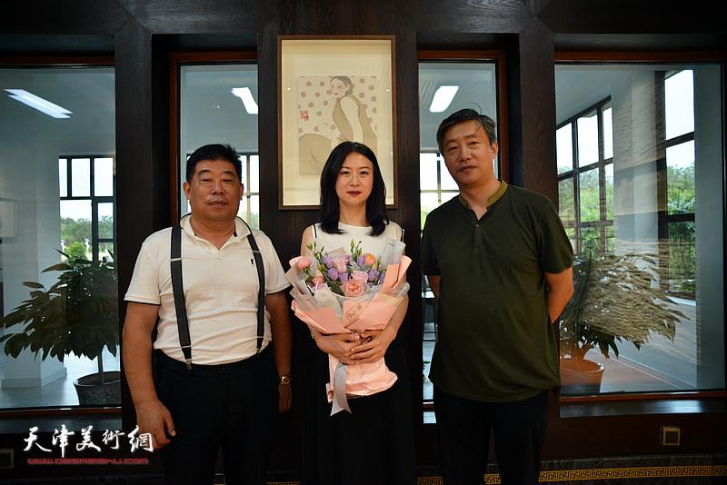 马兆琳与谦成文化总经理高文清、文化经纪人魏鸿达在湖宾楼画展现场。