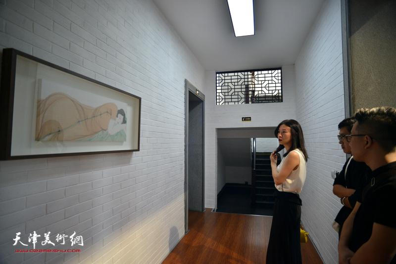 马兆琳在湖宾楼画展现场观赏作品。