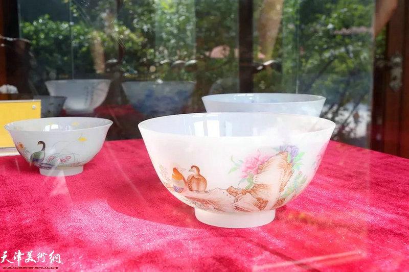 图为在静园花厅展出的其他陶瓷展品