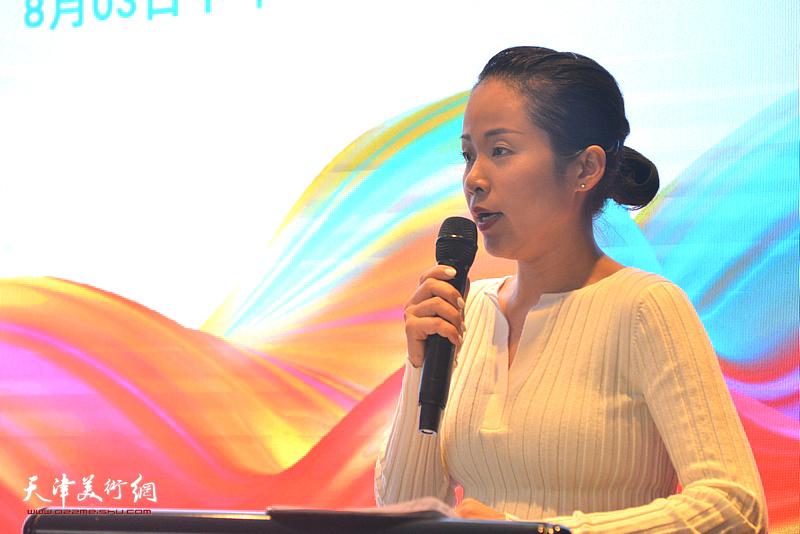 漾样文化合伙人、天津市创意产业协会双创委员会主任冯微担任主持人。