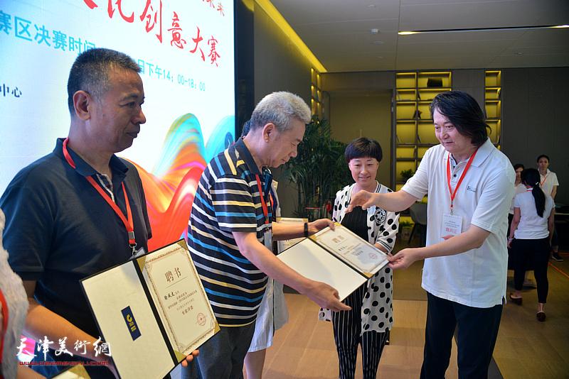 天津创意产业协会会长薛义向天津市分赛区评委颁发聘书。