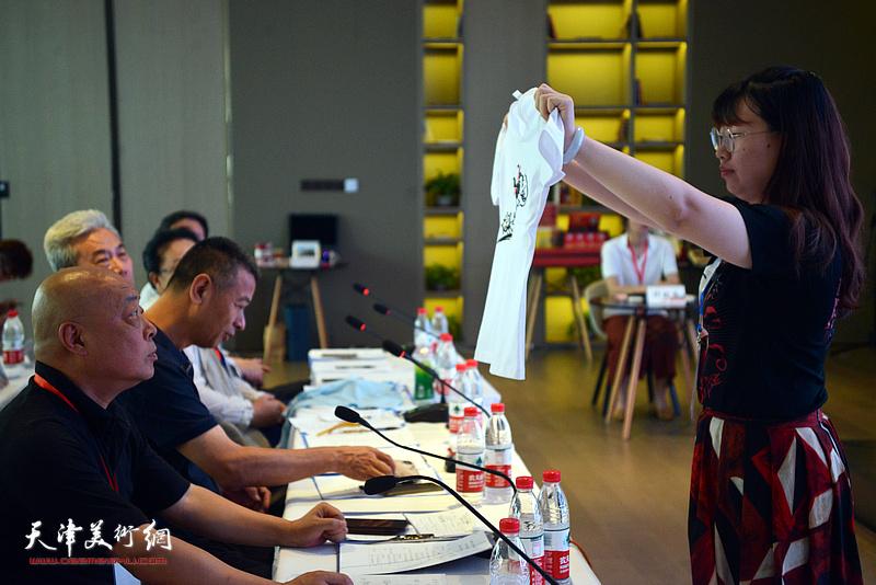大赛专家评委在观看《剪布肖》项目实物。
