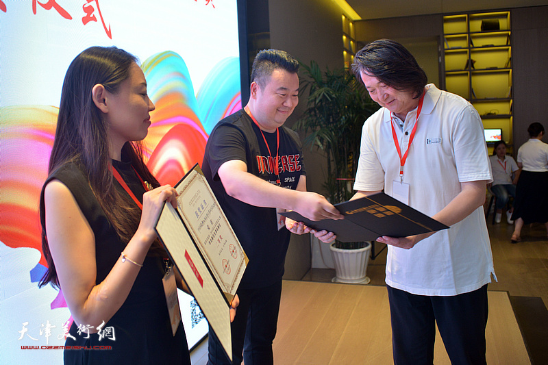 天津市创意产业协会会长薛义为获得二等奖的《中国国家博物馆品牌形象设计及设计团队推介》和《DDP设计师养成计划》颁奖。