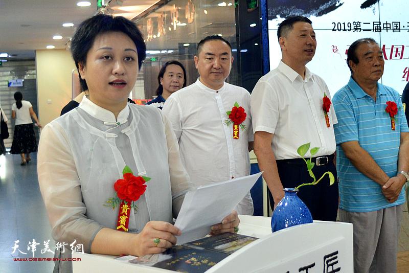 《中国企业报-天津报道》主编、女画家彭飞致辞。