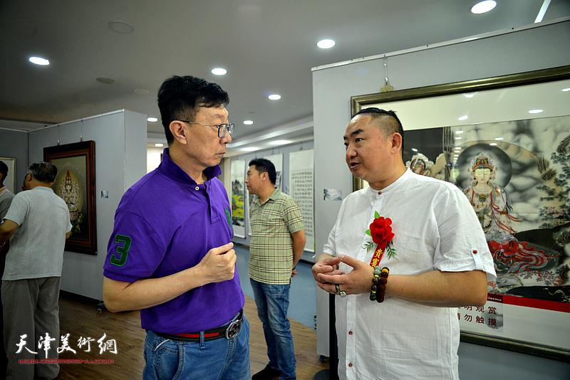 苗栋在活动现场与嘉宾交流。